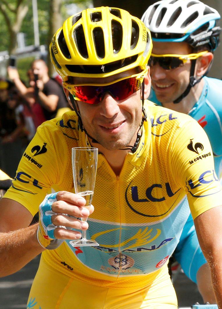 Nibali met een glas Champagne tijdens de laatste etappe van de Tour. Beeld reuters