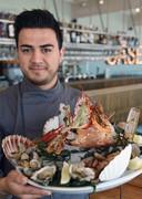 Kok Farid Qadirzadeh met fruits de mer.