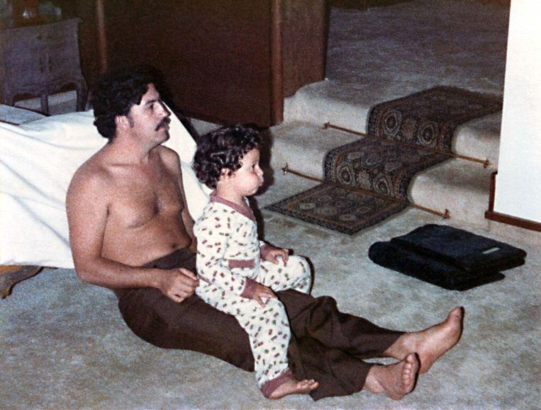 Pablo Escobar en zijn zoontje Sebastian Marroquin in 1970. Beeld