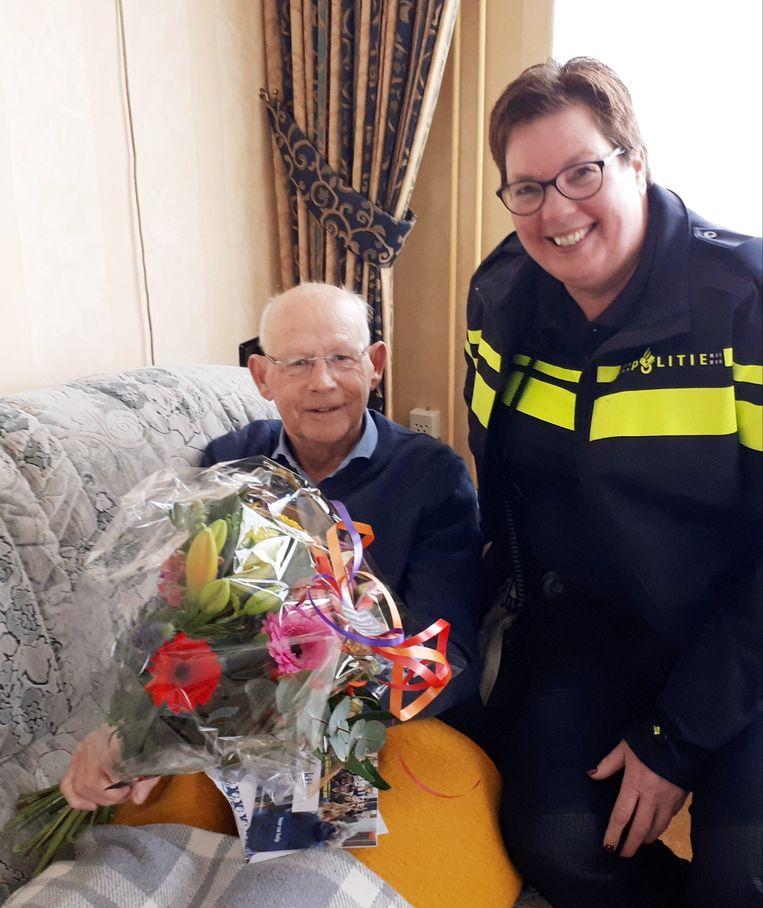Bejaarde man (80) redt peuter uit water in Volendam.