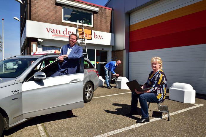 Directeur John van der Laan (links) en de chauffeurs Charles de Roos en Shirley Hoekstra. De eerste schildert nu het bedrijfspand, de tweede maakt een nieuwe website voor het taxibedrijf.