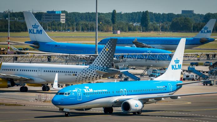 Toestellen van KLM op een pier van luchthaven Schiphol.
