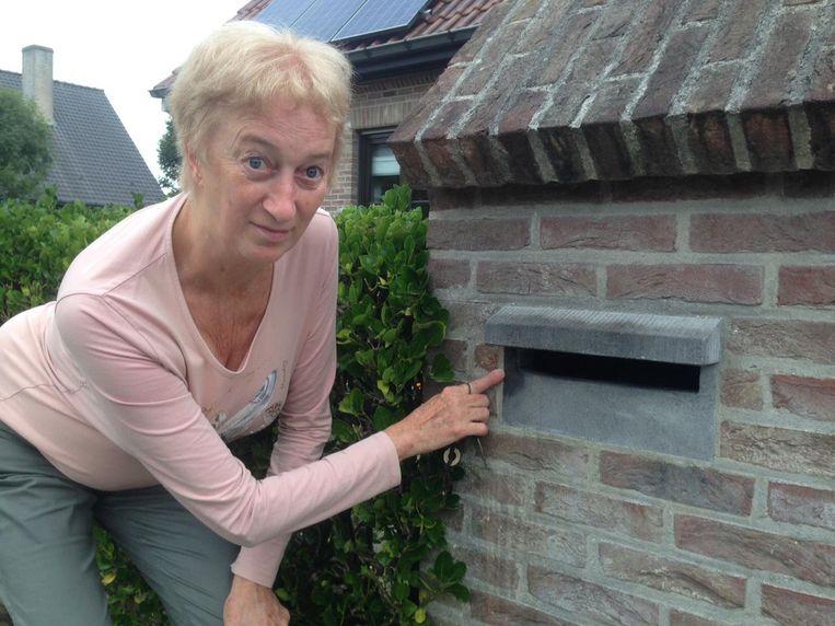 Martine Lambert uit de Zennestraat verwijderde het kruisje met aceton, maar er blijft een vlek zitten.