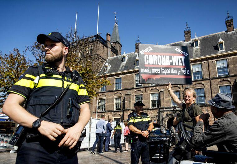 Een actievoerder demonstreert tegen de coronaspoedwet bij het Binnenhof.  Beeld ANP/Sem van der Wal