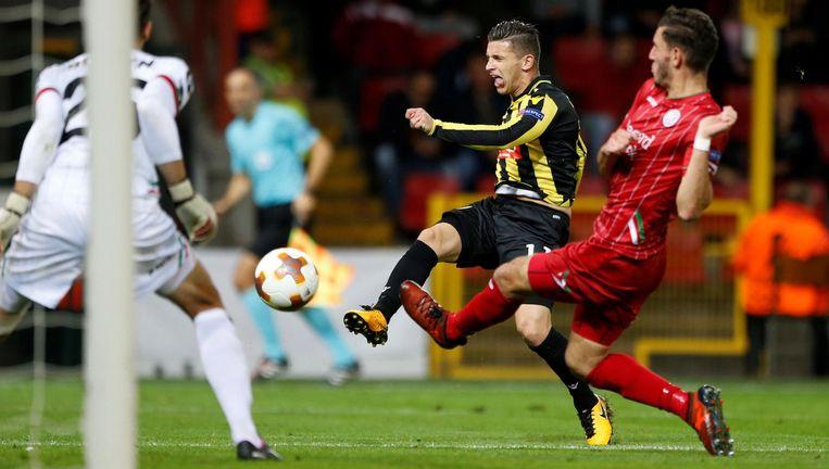 Doelpoging van Vitesse-aanvaller Bryan Linssen. Beeld null
