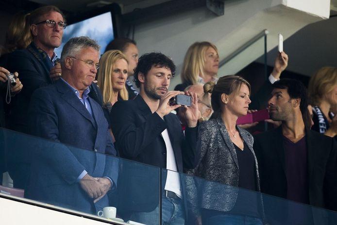 Ruud van Nistelrooy (rechts) met Mark van Bommel en toekomstig bondscoach Guus Hiddink. Achter: Hans van Breukelen.