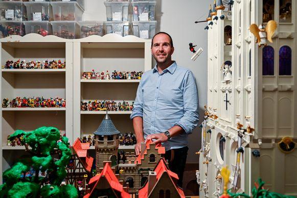 Ken Callebaut tussen een deel van zijn Playmobil-verzameling. Op de voorgrond rechts Callebauts interpretatie van de O.L.V.-kerk als kathedraal.