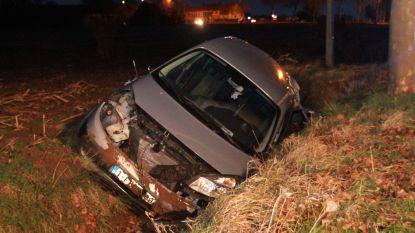 Wagen belandt in de gracht, automobilist ongedeerd