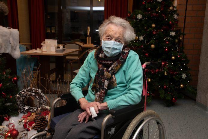 De 107-jarige Elza Roels werd als eerste gevaccineerd in WZC Kouterhof.