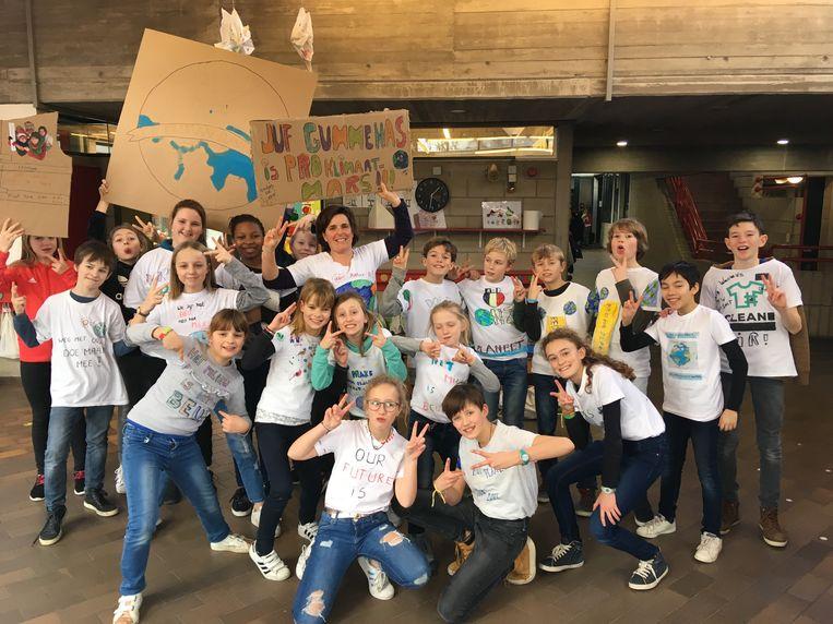 Steeds meer leerlingen in 't Kraaiennest dragen op donderdag een zelf ontworpen T-shirt met klimaatslogans.