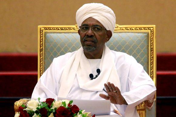 De afgezette Soedanese president Omar al-Bashir wordt bijzonder nauwlettend in de gaten gehouden in de gevangenis en zit in eenzame opsluiting.