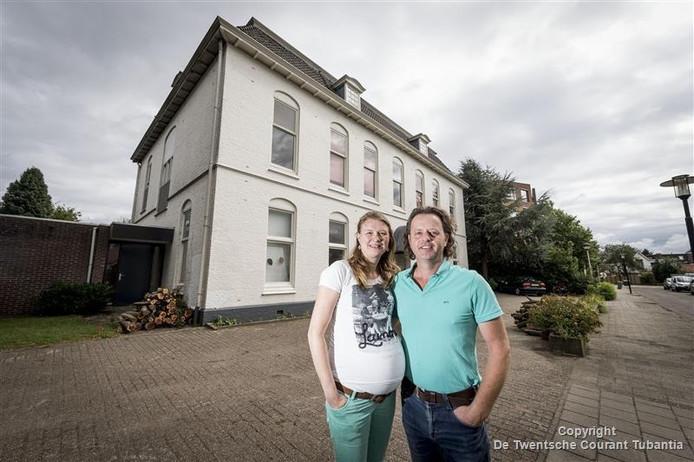 Karel en Lisette van Vuuren voor het oude klooster aan de Kerkstraat.