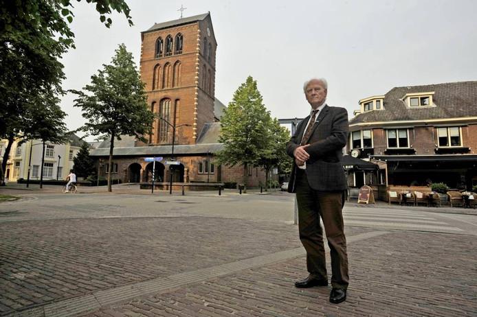 Pastoor Kennes voor de met sluiting bedreigde Joanneskerk aan de Lind in Oisterwijk.