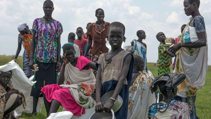 Zuid-Soedanezen wachten op een voedselrantsoen (archiefbeeld).