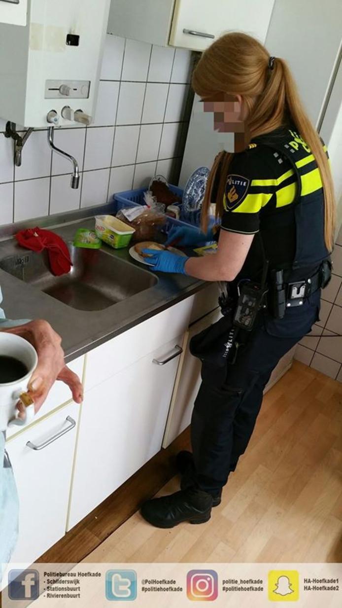 Politieagente maakt ontbijtje voor verwarde man.