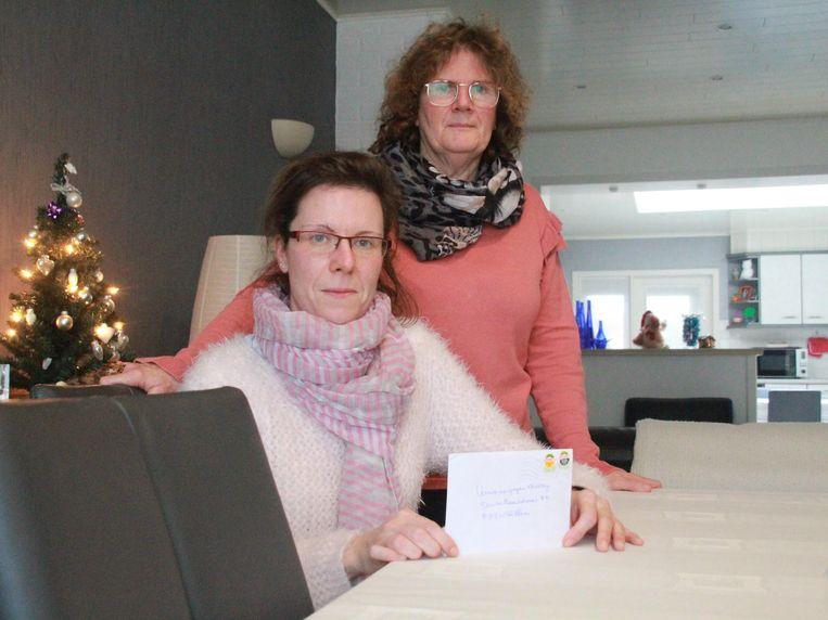 Quincy Vanterwijngen (35) met haar brief en mama Rita Danckaert (59).