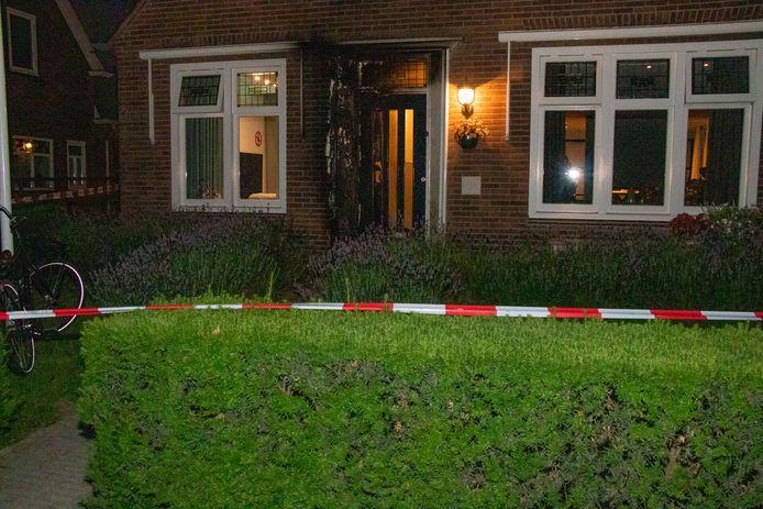 Voordeur in brand in Hedel.