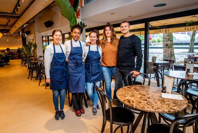 Het team van Bertmans met (vlnr) Xiao, Ashley, Ires, Nelleke en Niels. Het 'gezonde' restaurant heeft duidelijk een hit te pakken.