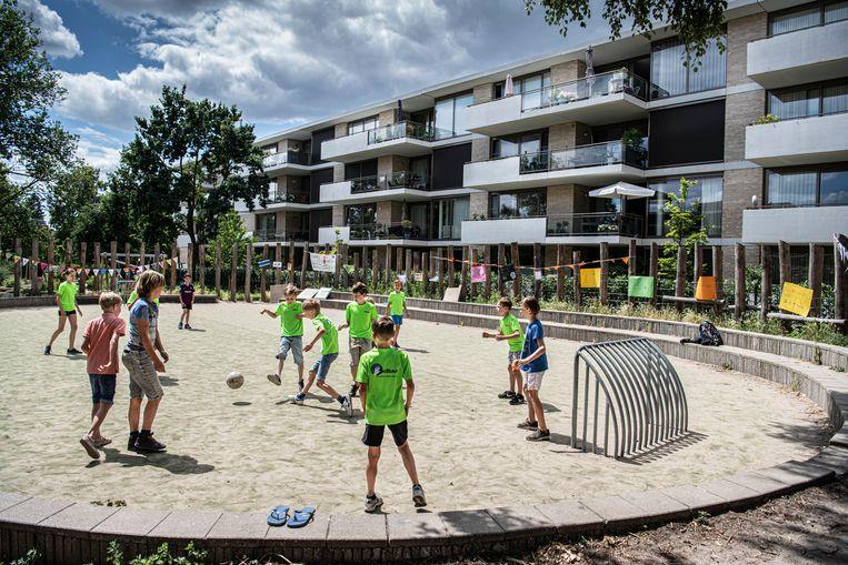 Sommige bewoners van het appartementencomplex hebben last van de speelgeluiden van voetballende kinderen.   Beeld Koen Verheijden