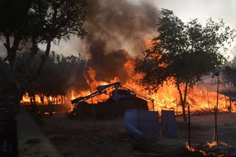 Brand in het ontruimde park in Mathura. Beeld afp