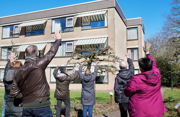 Zwaaien naar een dierbare in de tuin van Laverhof (Cunera/De Bongerd) in Heeswijk -Dinther, toen bezoek in het woonzorgcentrum helemaal nog niet mocht.