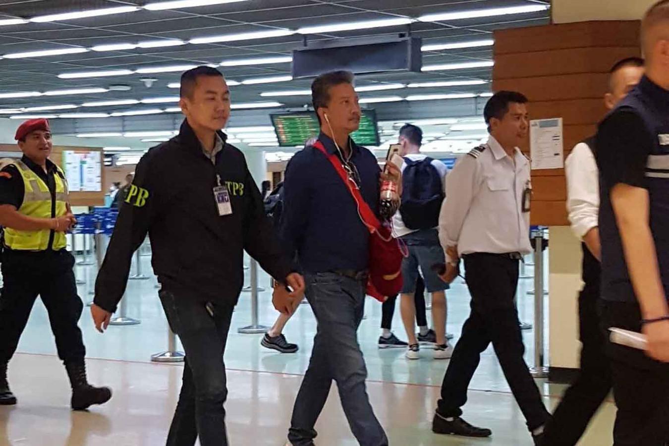 De 49-jarige Thananat Siripiyaporn kon aangehouden worden toen hij uit een vliegtuig stapte.