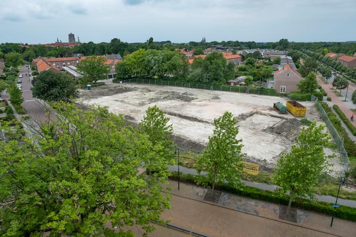 Het terrein van het gesloopte MFC, gezien vanaf de hoek Caustraat (voorgrond) met de Calandweg.