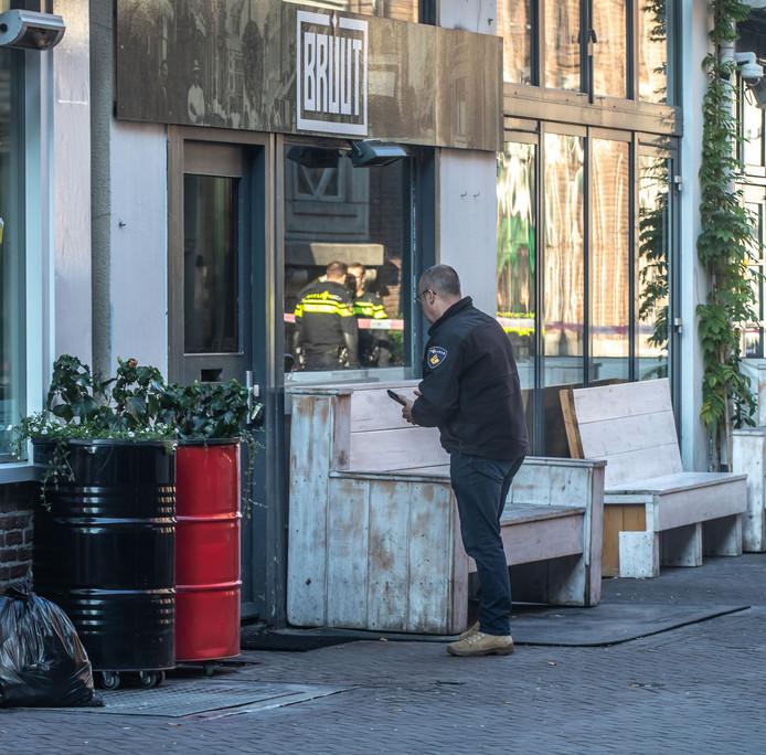Café Bruut in de Voorstraat in Zwolle, waar in de nacht van dinsdag op woensdag een granaat aan de deur werd gehangen.