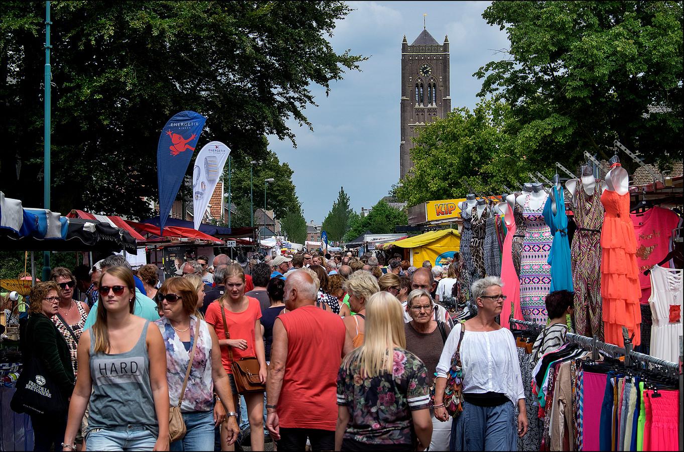 Druk is het altijd op de Vakantiejaarmarkt in Mill. Door de hitte neemt het bezoekersaantal wel af, is de verwachting.