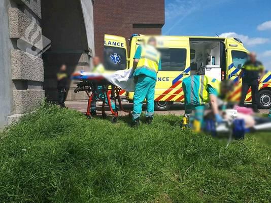 De man die werd gereanimeerd door de 15-jarige jongen moest met spoed naar het ziekenhuis.
