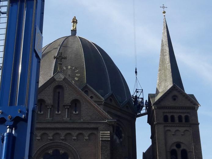 De vernieuwde wijzers van de Koepelkerk in Lierop worden teruggeplaatst