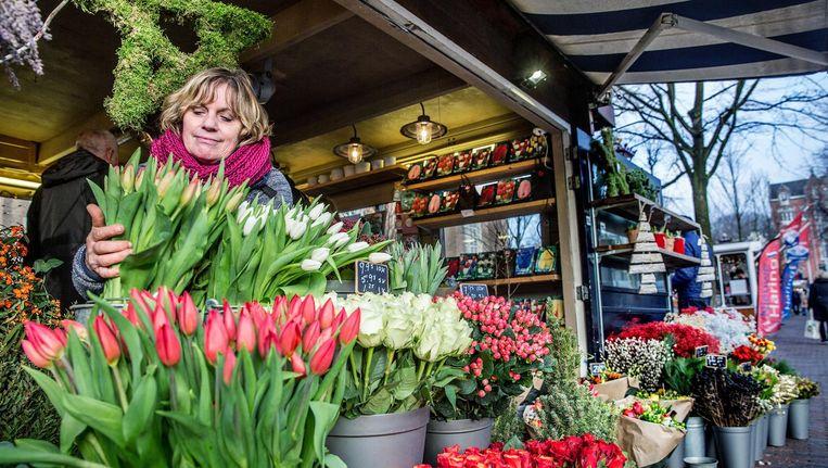 Jolanda Evers-Kroet in haar bloemenstal Thejo, die al 17 jaar onder de Westertoren staat. Beeld Jean-Pierre Jans