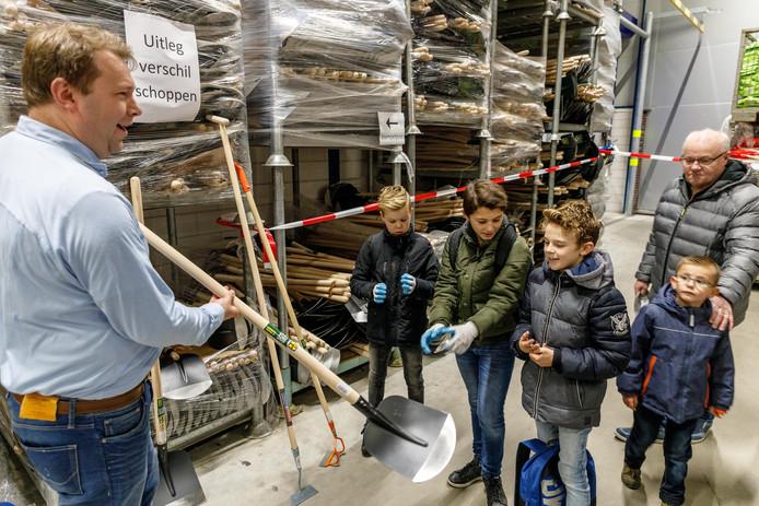 Talen Tools deed zaterdag mee aan de Open Bedrijvendag in Staphorst. Directeur Roelof Talen toont verschillende tuingereedschappen. © wilbert bijzitter