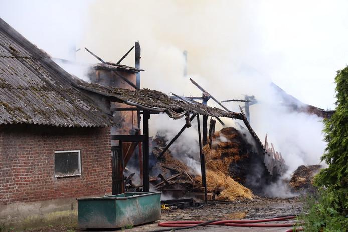 Bij de brand is mogelijk asbest vrijgekomen.