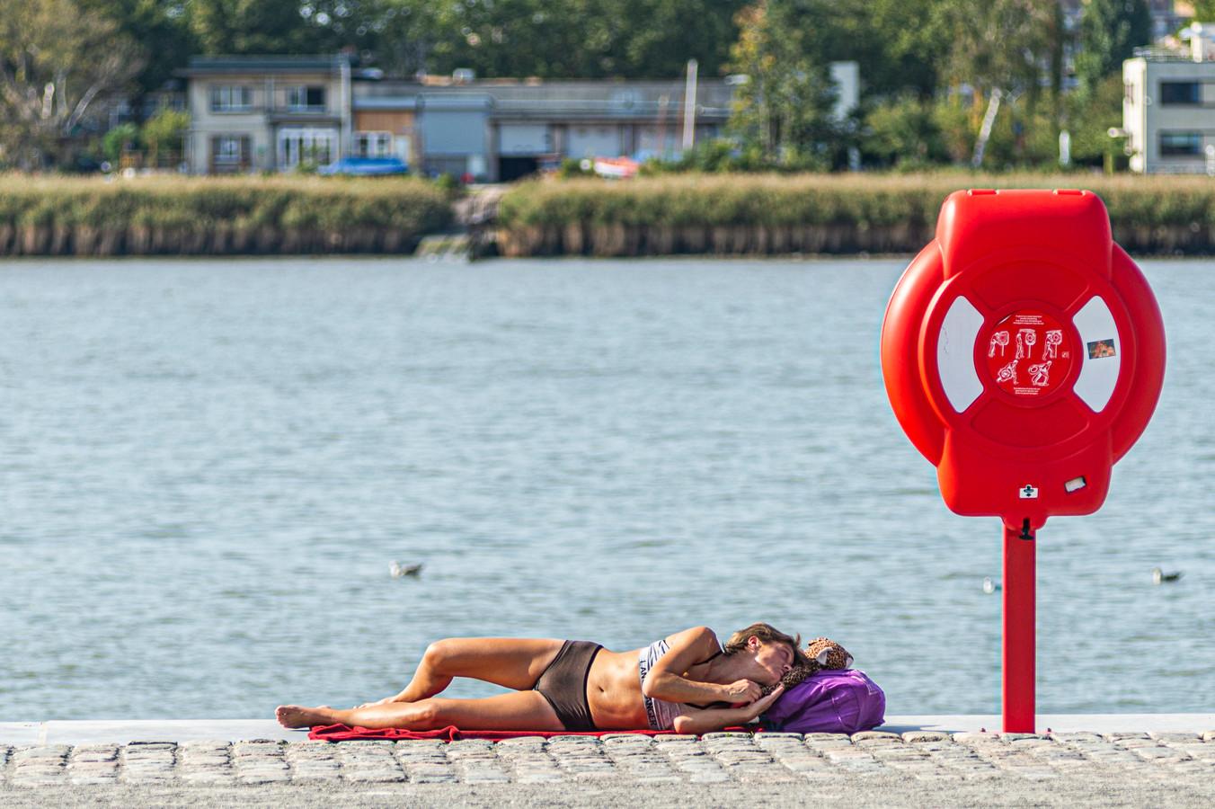 Heel comfortabel is het niet, maar ook op een stukje kade langs het water kun je zonnen.