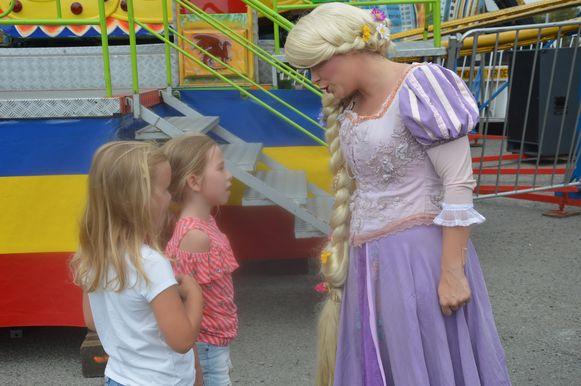 Enkele kinderen in gesprek met Rapunzel.