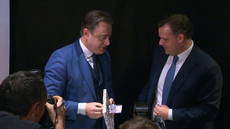 De Wever kreeg het stadskookboek van Antwerpen voor zijn verjaardag.