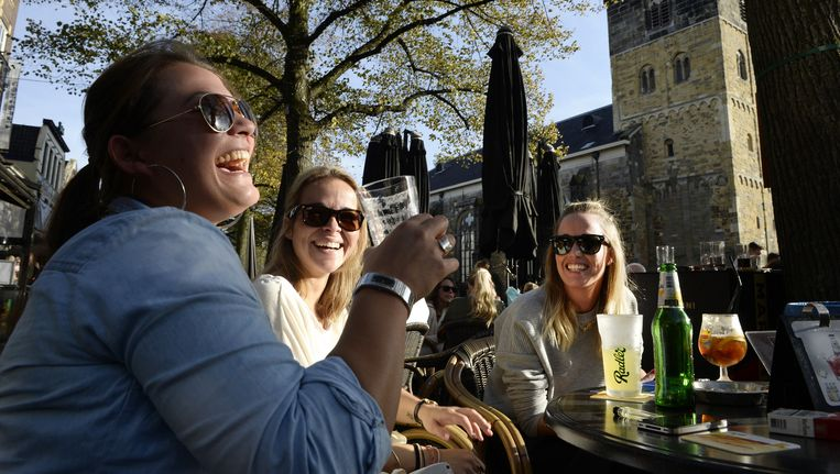 Vrouwen aan de radler op een terras. Van de bierdrinkende vrouwen drinkt 29 procent alcoholvrij- of arm. Beeld null