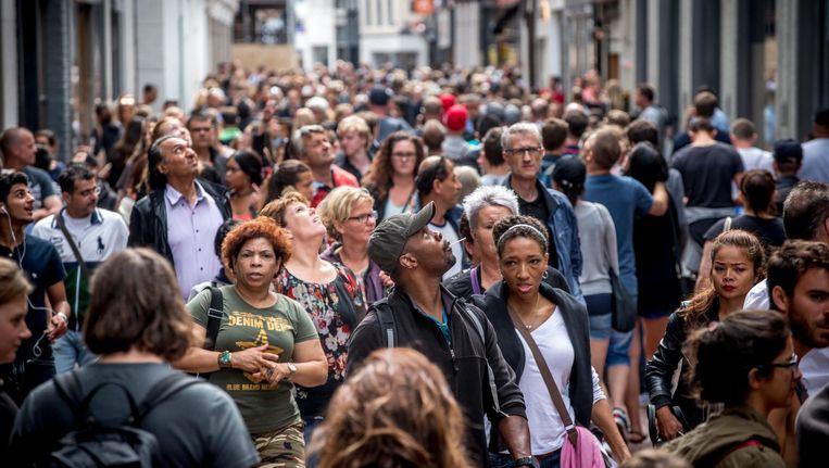 In de Kalverstraat zijn steeds minder Amsterdammers te vinden. Zij wijken uit naar onder meer de Negen Straatjes en het Gelderlandplein Beeld Hollandse Hoogte