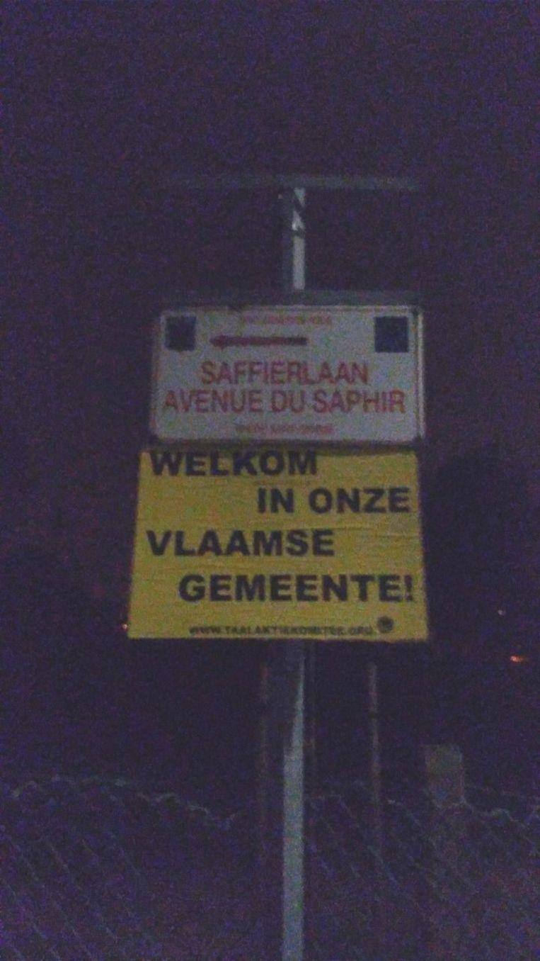 Het Taal Aktie Komitee (TAK) voerde actie in Sint-Genesius-Rode en overschilderde Franstalige slogans en hun borden op met Vlaamse slogans.