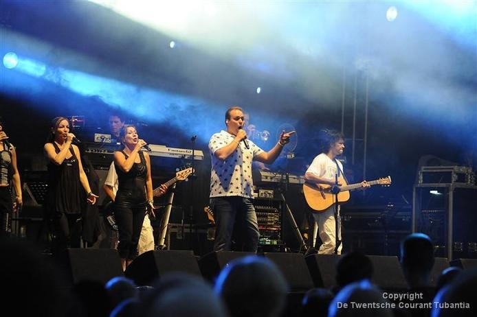 Frans Bauer en band tijdens een optreden in Hengelo.