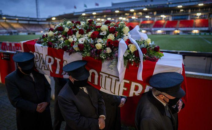 Supporters van Sparta konden zaterdag oud-doelman Pim Doesburg een laatste groet brengen.