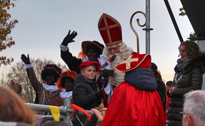 Aan wal werd Sinterklaas welkom geheten door burgemeester Judith Keijzers (r) en jeugdburgemeester Jip van de Loo.