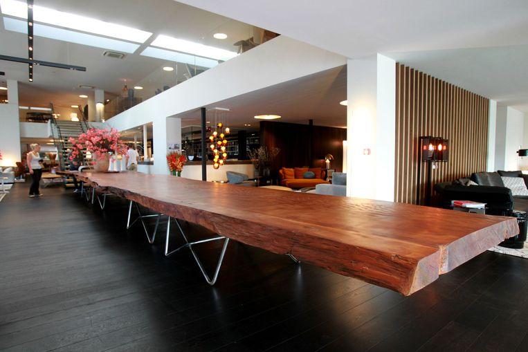 De tafel is maar liefst twaalf meter lang.