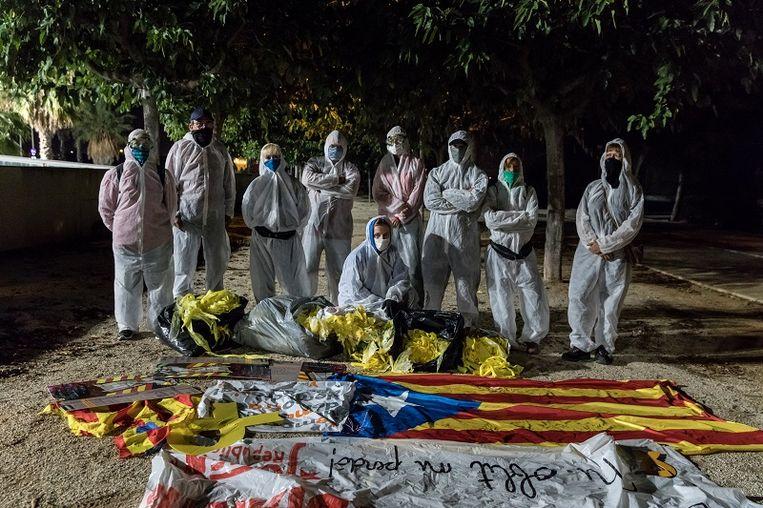 Een schoonmaakbrigade poseert met de linten die ze tijdens een schoonmaakactie verwijderd hebben. Beeld Foto Paolo Verzone / Agence VU