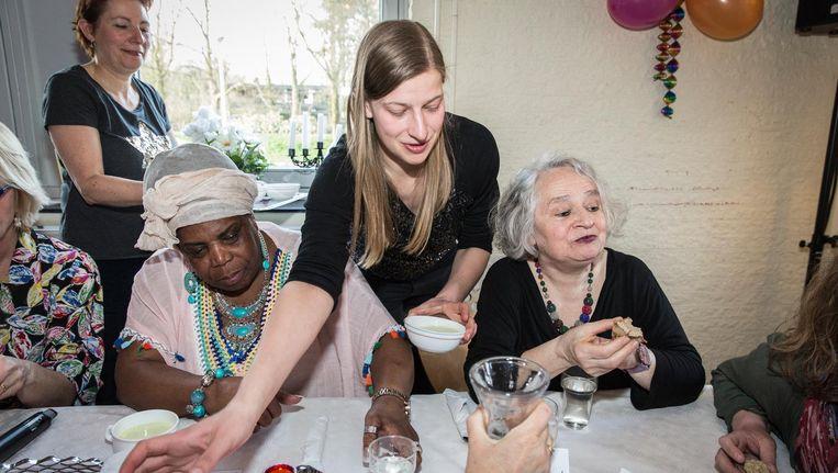 Aan tafel tijden Koningin van de Voedselbank, met zittend links Carmelita uit de documentairereeks Schuldig Beeld Dingena Mol