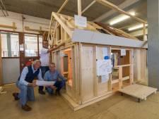 Scholieren bouwen in Nunspeet een echt huis, maar dan in 't klein