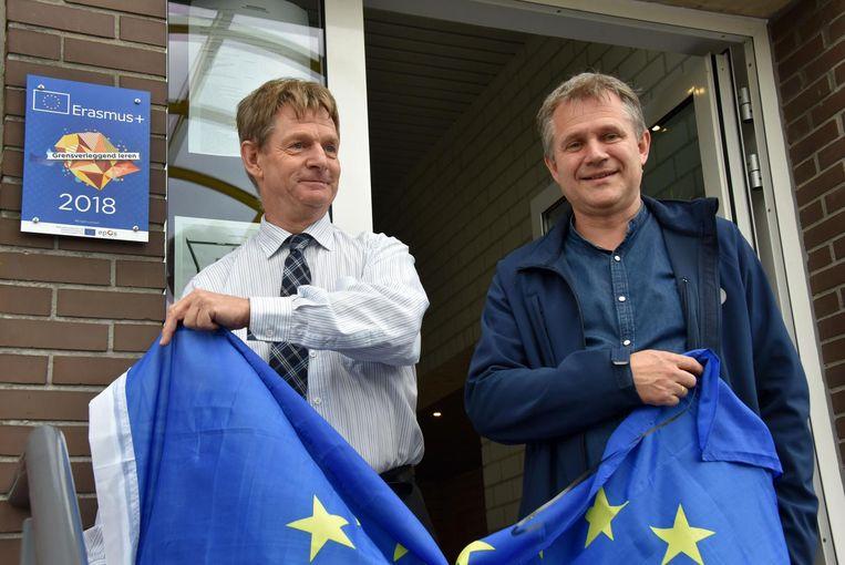 Alex Mensch en Bart Hollevoet onthullen het Erasmus+label.