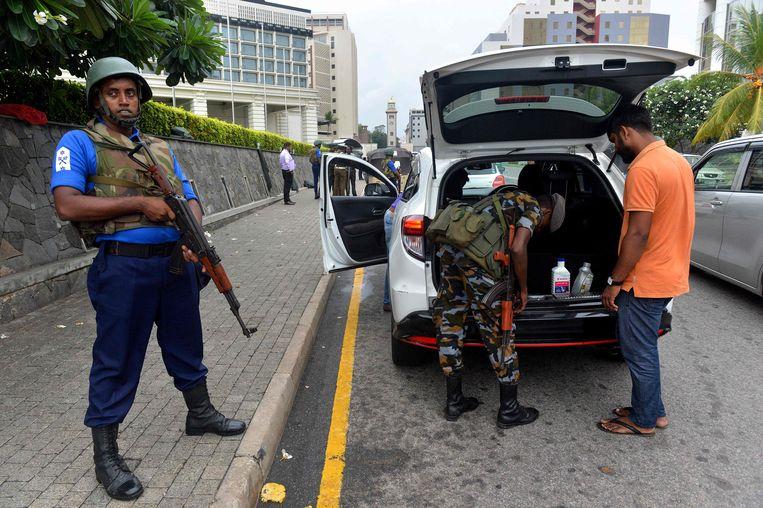 Militairen in Colombo voeren controles uit bij checkpoint op straat, na de aanslagen vorige maand.  Beeld AFP