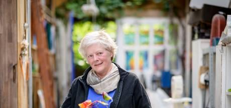 Glazen vlinder uit Oldenzaal siert Nederlandse begraafplaatsen: 'Mensen hebben een plek om naartoe te gaan'